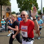 Zwaaiende Wim Lammertink in actie